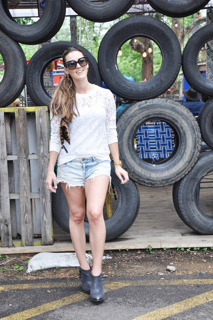 denim shorts_lace top_booties